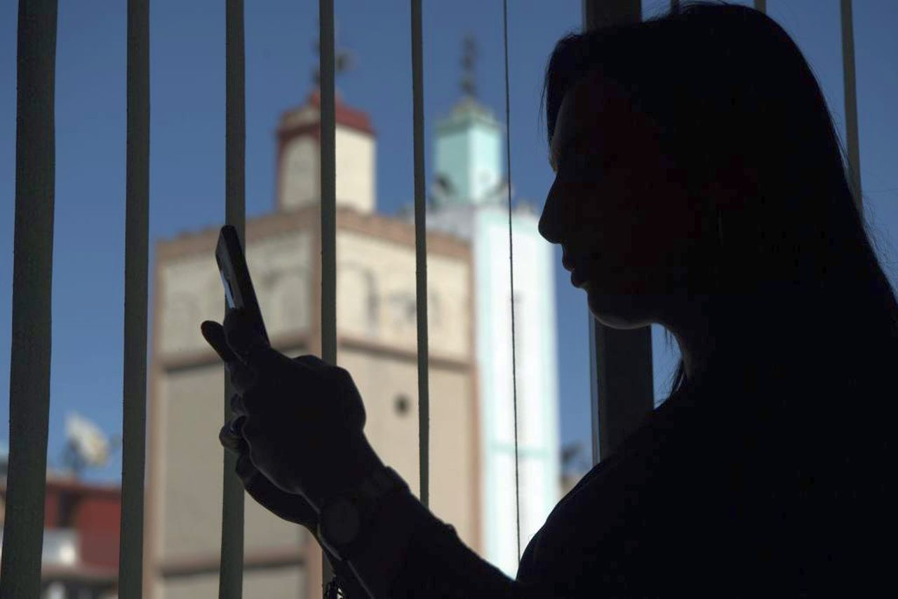Ragazza di 14 anni perseguitata via chat da coetanei: tre gli indagati