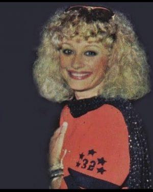 Raffaella Carrà senza il suo caschetto: capelli ricci e ...