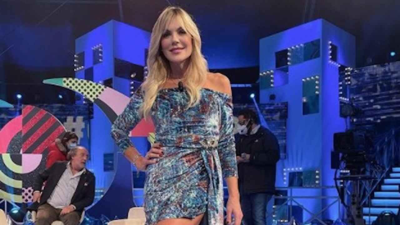 Matilde Brandi cade dalla sedia in diretta al Grande Fratello Vip VIDEO