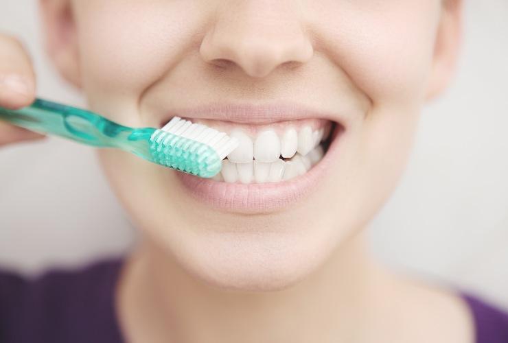 Sbiancamento denti con il bicarbonato-Vantaggi-SoloNotizie24.it